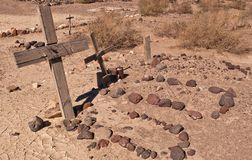 几个坟墓在沙漠 库存图片