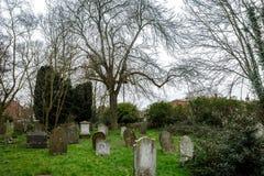 几个坟茔看法在一座公墓在英国 免版税库存图片