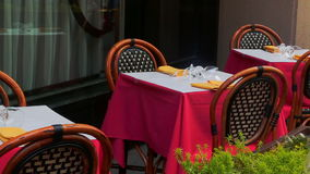 几个客户在餐馆、焦点在与餐巾的玻璃和筷子坐在桌上 股票视频