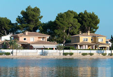 几个房子临近池塘 免版税库存图片