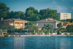 几个房子临近池塘 免版税库存照片