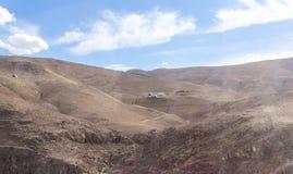 几个流浪的帐篷在约旦-阿曼附近的首都的沙漠 库存图片