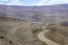 几个流浪的帐篷在约旦-阿曼附近的首都的沙漠 库存照片