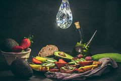 几个热带水果 鲕梨、菠萝、草莓、猕猴桃,血橙,新鲜,有机和时髦果子 免版税库存照片