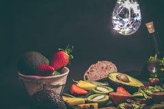 几个热带水果 鲕梨、菠萝、草莓、猕猴桃,血橙,新鲜,有机和时髦果子 图库摄影