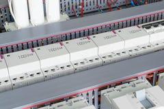 几个电力开关、电缆管架线的,模件接触器和电容器 免版税库存照片