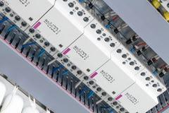 几个电力开关、电缆管架线的,模件接触器和电容器 免版税库存图片