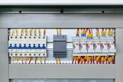 几个电子开关、电源和中间体中转 免版税库存照片