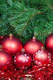几个红色圣诞节中看不中用的物品闪亮金属片和Xmas树 免版税图库摄影