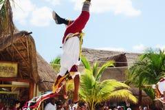 几乎下来从由一只脚的飞行在肋前缘玛雅人 免版税库存照片