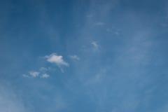 几乎与一点云彩的空的天空 免版税库存图片