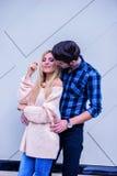 几乎亲吻从一性感的白肤金发的woma的后面英俊的年轻人 免版税库存照片