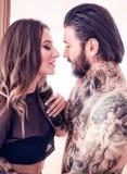 几乎亲吻性感的年轻的夫妇户内 免版税库存照片