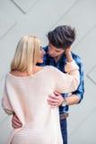 几乎亲吻backgr的英俊的年轻人一名性感的白肤金发的妇女 库存图片