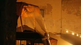 几乎没有站立的无家可归的人不值得的棚子弯曲从风雨天气 影视素材