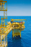 几乎油和煤气泉源遥远的平台接近中央处理平台 库存照片
