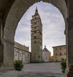 几乎离开了Palazzo del Comune,皮斯托亚,托斯卡纳,意大利的曲拱构筑的主教座堂广场 免版税图库摄影