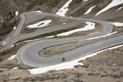 几乎自行车的孤独的人在d col ` izoard顶部在法国阿尔卑斯 免版税库存照片