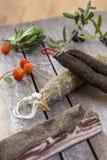 几传统科西嘉岛熟食店品种有一颗橄榄树枝和黑橄榄的在木背景和 免版税图库摄影