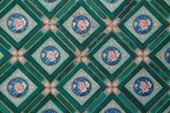绘几何和花卉样式在北京(中国)装饰一个宫殿的天花板 免版税库存照片