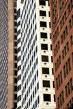 几何垂直线的现代摩天大楼在大城市meto 库存照片
