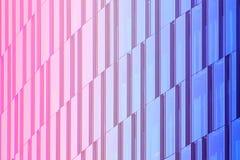 几何建筑都市背景 摩天大楼的玻璃门面 免版税库存图片