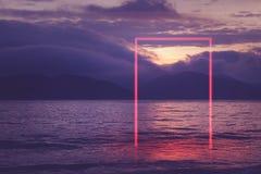 几何红色氖发光的长方形门在海 免版税库存照片