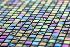 几何蓝色,紫色和绿色锦砖样式 墙纸纹理背景 建筑和renov的小片断瓦片 免版税库存照片