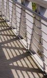 从几何钢栏杆的阴影在桥梁 库存图片