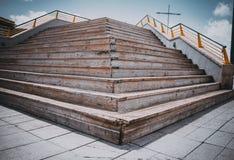 几何V形的楼梯在城市,有选择性的看法 库存照片