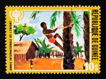 几内亚共和国显示儿童绘画,儿童serie的年,大约1980年 库存照片