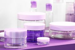 几另外关闭一个白和紫罗兰色紫色洋红色蓝色设计师塑料瓶化妆用品和香料厂的或者ot的 库存照片