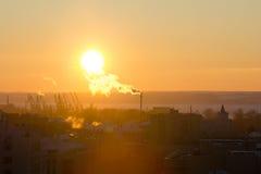 几台起重机剪影在冬天日落的一个河港口 库存照片