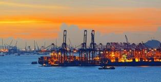 几台起重机剪影在港口 免版税库存照片