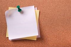 几各种各样的颜色不整洁稠粘的岗位注意被别住的图钉黄柏bac 免版税库存照片