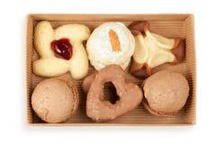 几在开放配件箱的曲奇饼和蛋糕 免版税库存图片