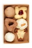 几在开放配件箱的曲奇饼和蛋糕 库存图片