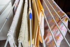 几块五颜六色的毛巾在晾衣架烘干户内 免版税库存照片