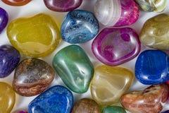 几块美丽和五颜六色的水晶石头 库存照片