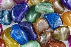 几块美丽和五颜六色的水晶石头 免版税库存照片