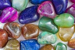 几块美丽和五颜六色的水晶石头 免版税库存图片