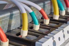 几导线或缆绳被连接到工业开关 库存图片