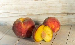 几成熟peachs 吃健康 库存图片