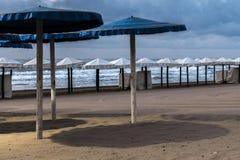 几把沙滩伞看法  免版税库存图片
