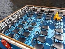 几排椅子在蓝色甲板船的 库存图片