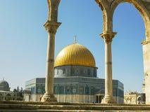 几曲拱构筑的岩石的圆顶在耶路撒冷 免版税库存图片