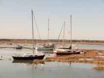 几条私有大小船在有帆柱的出海口停放了 库存图片