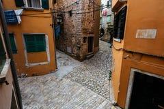 几条街道交叉路在欧洲市的历史的中心罗维尼,克罗地亚 免版税库存图片
