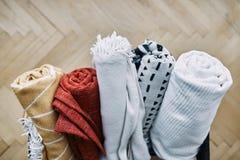 几条被折叠的五颜六色的毯子 图库摄影