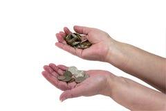 几枚硬币在一名年长妇女的手上 免版税库存图片